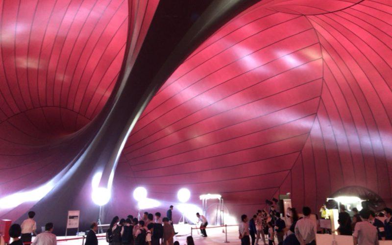 東京ミッドタウンの芝生広場に設置されたアーク・ノヴァの内部