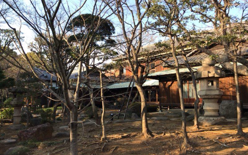 旧朝倉家住宅の庭園と屋敷の外観