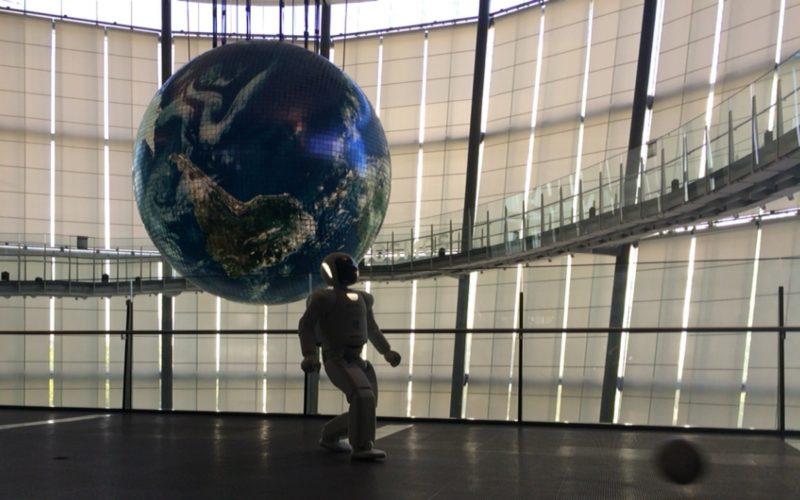 日本科学未来館3Fでボールを蹴るASIMO