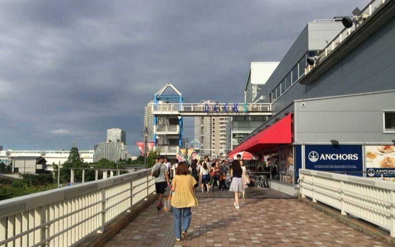 アクアシティお台場との連絡通路から見たデックス東京ビーチの入口