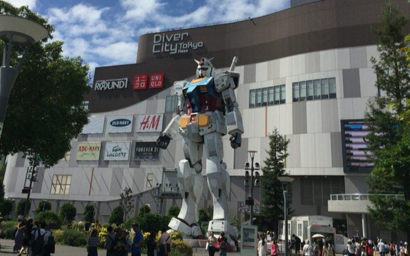 お台場ダイバーシティのフェスティバル広場に設置していた実物大ガンダムの立像