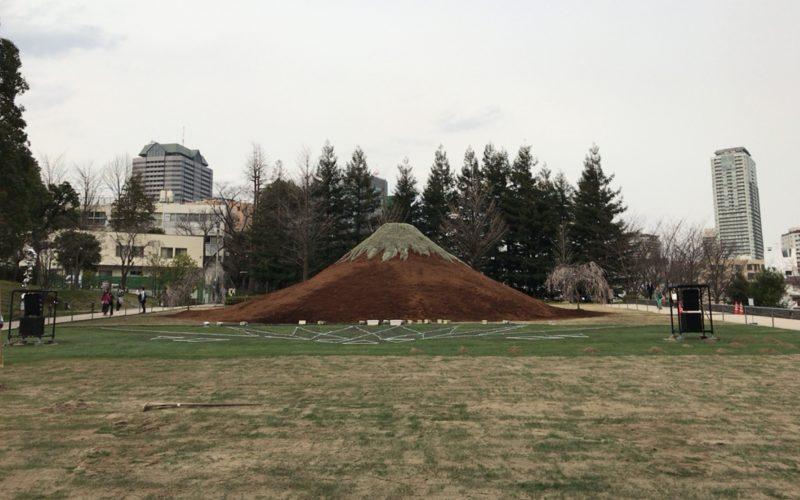 東京ミッドタウンの芝生広場に設置された江戸富士(EDO-FUJI)
