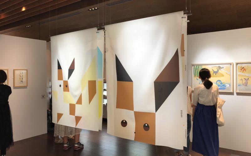 六本木ヒルズのヒルズカフェ/スペースにオープンした「イーブイズ プラス カフェ」の展示スペース