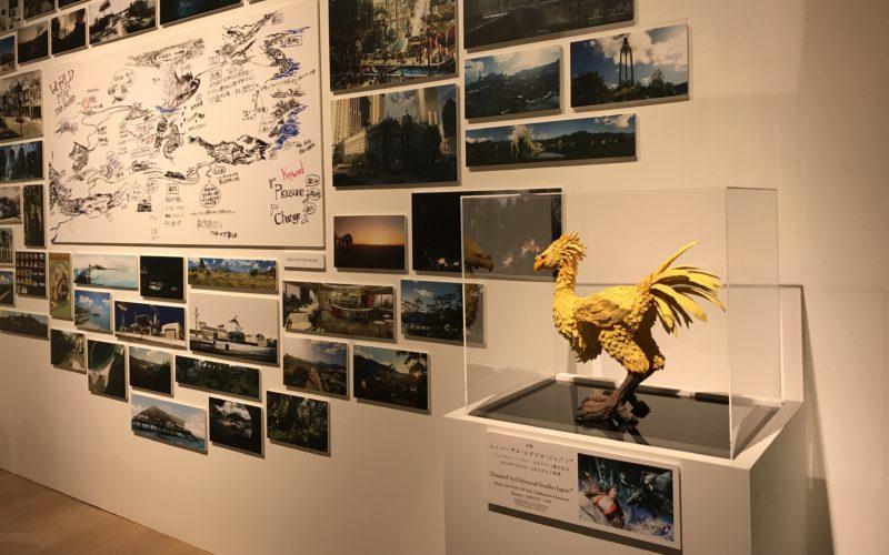 六本木ヒルズの森アーツセンターギャラリーで開催したファイナルファンタジー 別れの物語展に展示している設定資料とチョコボの立体作品