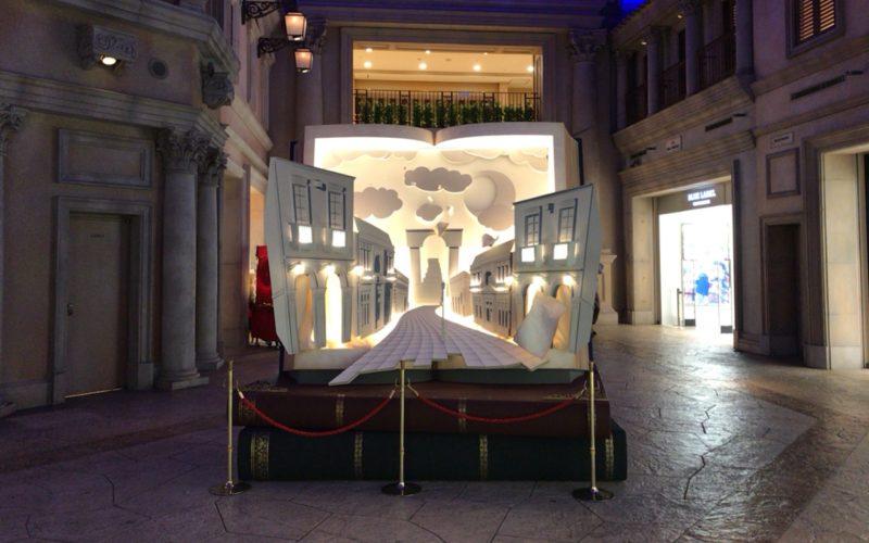 ヴィーナスフォートのノースアヴェニューとサウスアヴェニューにあったフローズン ヴィーナスフォートの展示「物語の入口 BIG BOOK」