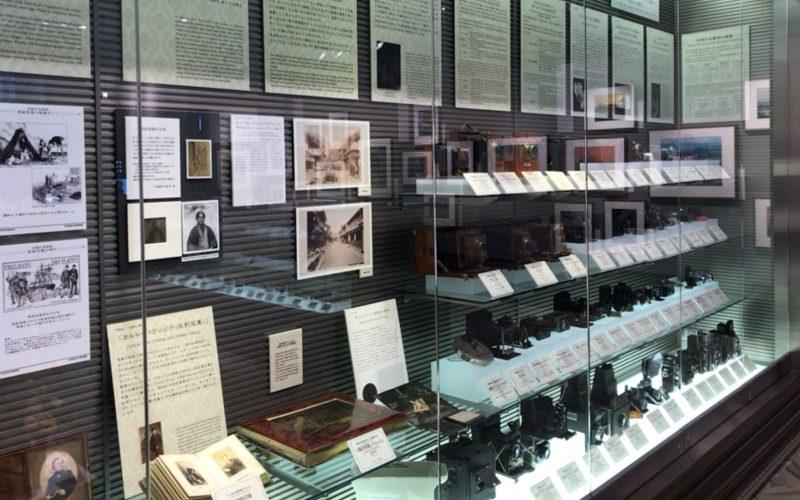 フジフイルムスクエア内の写真歴史博物館に展示されているアンティークカメラ