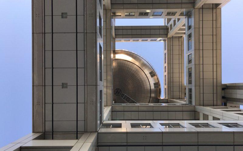 真下から見た球体展望室「はちたま」