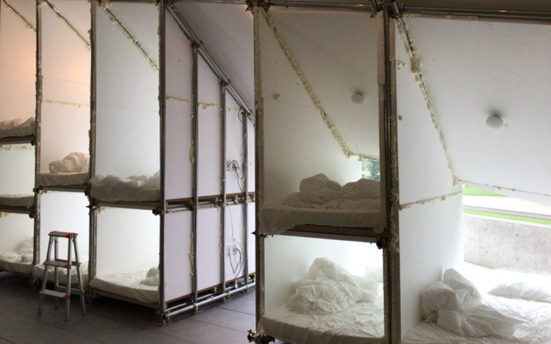そこまでやるか 壮大なプロジェクト展で21_21 DESIGN SIGHTのギャラリー3に展示されている西野達さんのインスタレーション「カプセルホテル 21」