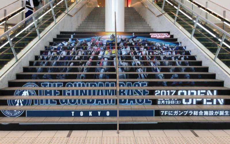 お台場ダイバーシティの1Fに展示していたガンダムベース東京の階段アート