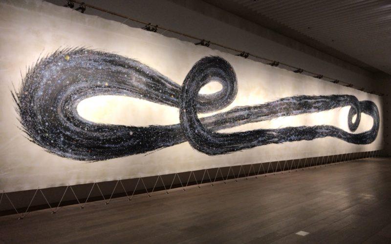 森美術館で開催されたN・S・ハルシャ展に展示されていた龍が渦巻くような作品