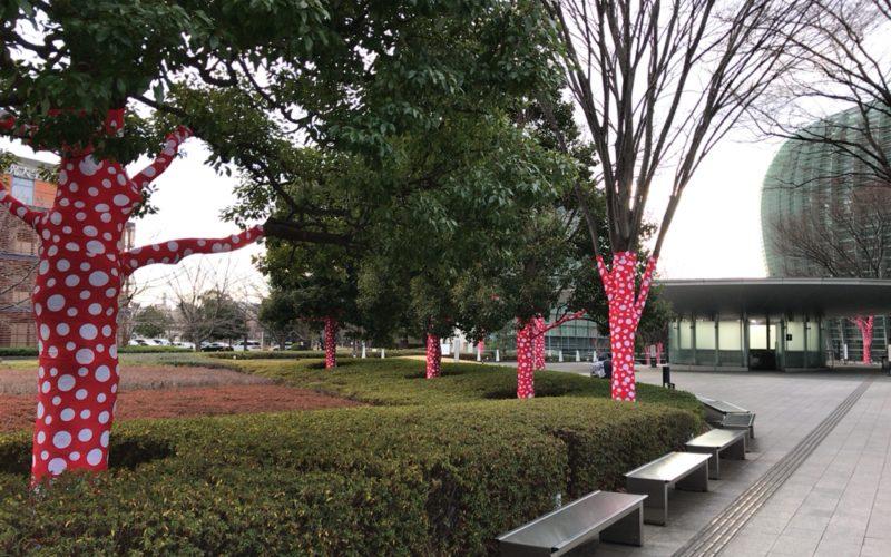 国立新美術館の屋外にあったドット柄が巻き付けられた木