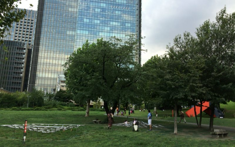 檜町公園の芝生広場・遊戯広場と背後に見えるミッドタウン・タワー