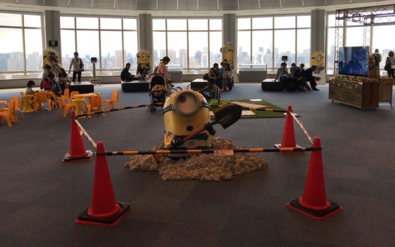 お台場フジテレビの球体展望室「はちたま」で開催された「怪盗グルーのミニオン大脱走」公開記念パネル展に展示されていたシャベルを持ったミニオンの立体展示