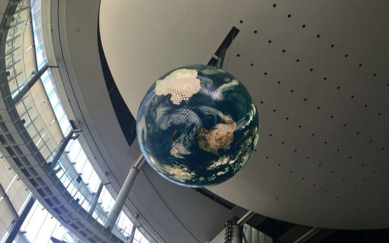 日本科学未来館の1Fから見上げたジオコスモス