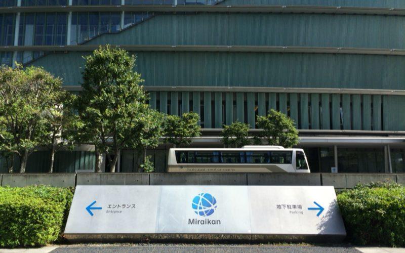 日本科学未来館のエントランスと地下駐車場の案内板