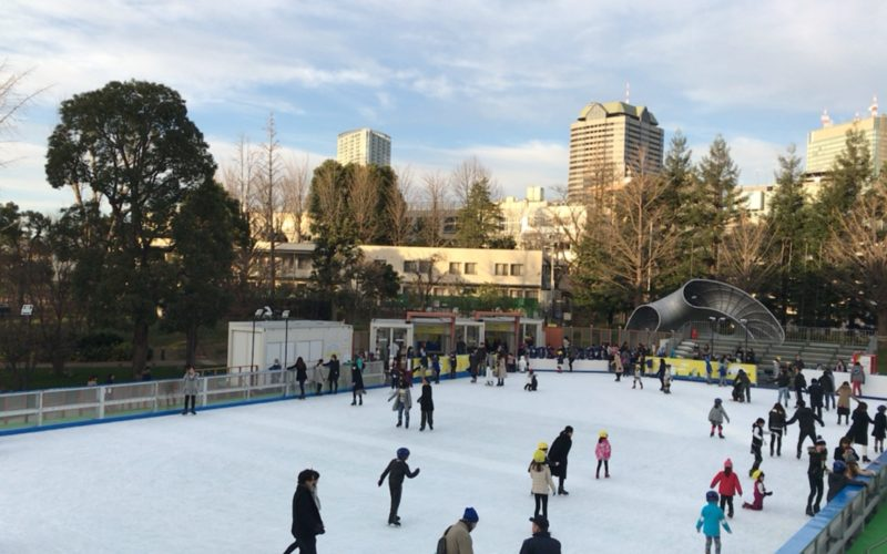 東京ミッドタウンの芝生広場に期間限定でオープンしたミッドタウンアイスリンク