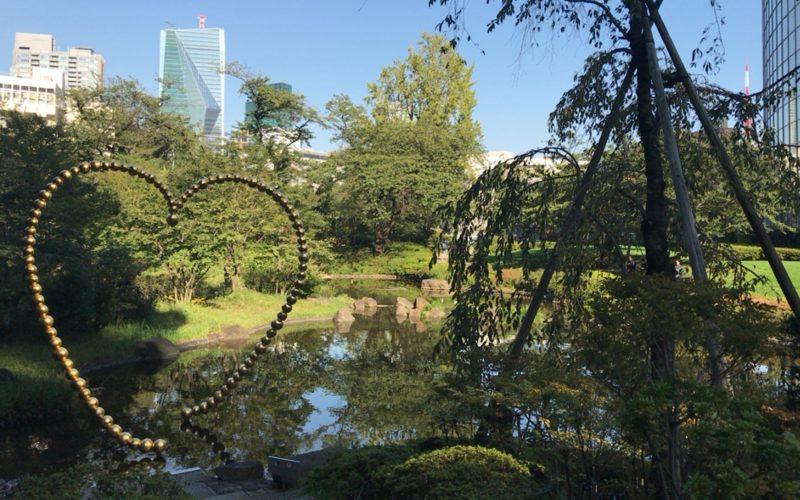六本木ヒルズ内 毛利庭園の池とパブリックアート「Kin no Kokoro」
