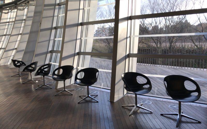 国立新美術館1Fにある波うつガラスに面した休憩席