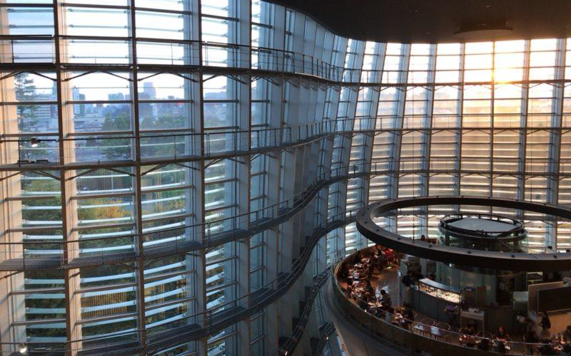 国立新美術館の波うつガラスの壁とカフェ サロン・ド・テ ロンド