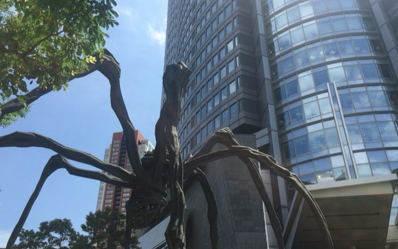 六本木ヒルズにある森タワーと巨大クモ・ママンの像