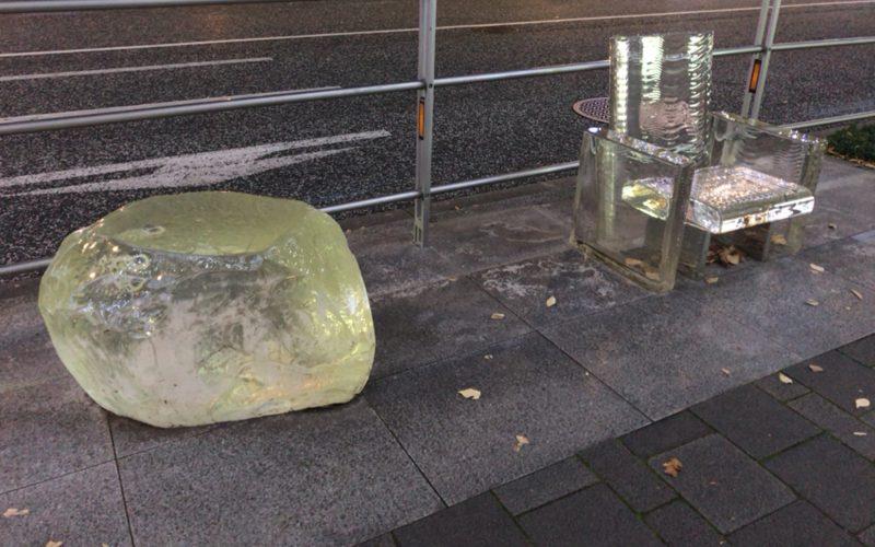 けやき坂にある六本木ヒルズのストリートファニチャー「雨に消える椅子」