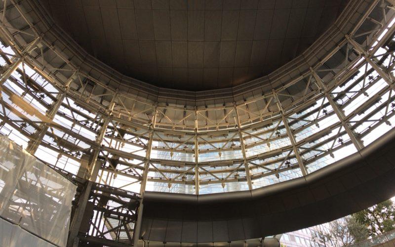 六本木ヒルズと直結する六本木駅の出口「メトロハット」