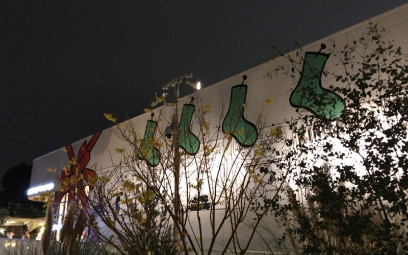クリスマスラッピングされたスヌーピーミュージアムの建物