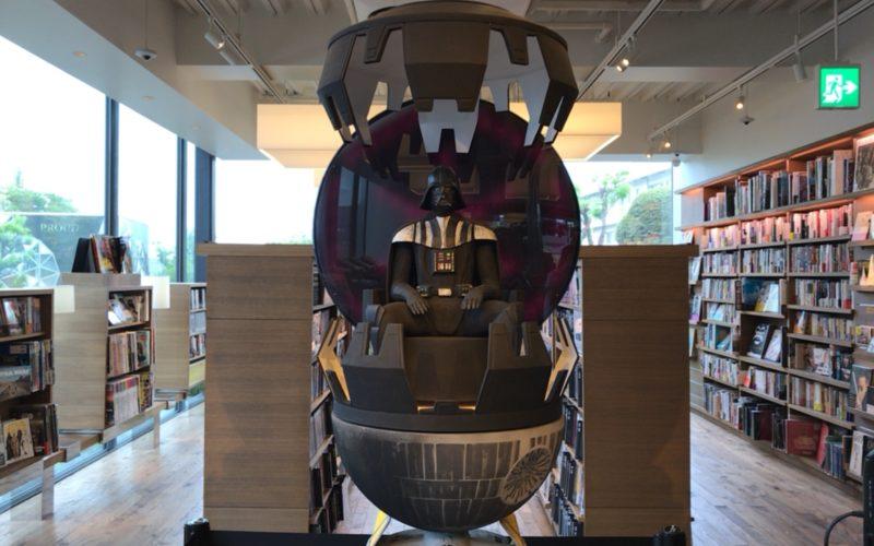 代官山蔦屋書店1号館2Fで開催したイベント「STAR WARS 40th Anniversary in DAIKANYAMA TSUTAYABOOKS」に展示していた淺野健一さんがダース・ベイダーの瞑想室をイメージして制作した木彫り作品