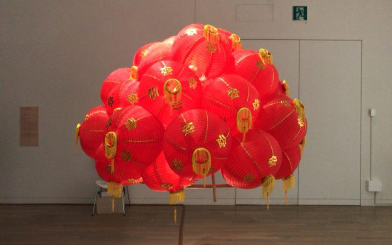 国立新美術館で開催した「サンシャワー:東南アジアの現代美術展 1980年代から現在まで」の展示作品「奇妙な果実」