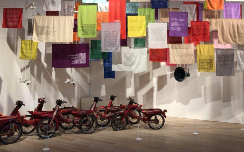 森美術館で開催されているサンシャワー:東南アジアの現代美術展 1980年代から現在までの会場内に展示されているバイクと布のインスタレーション
