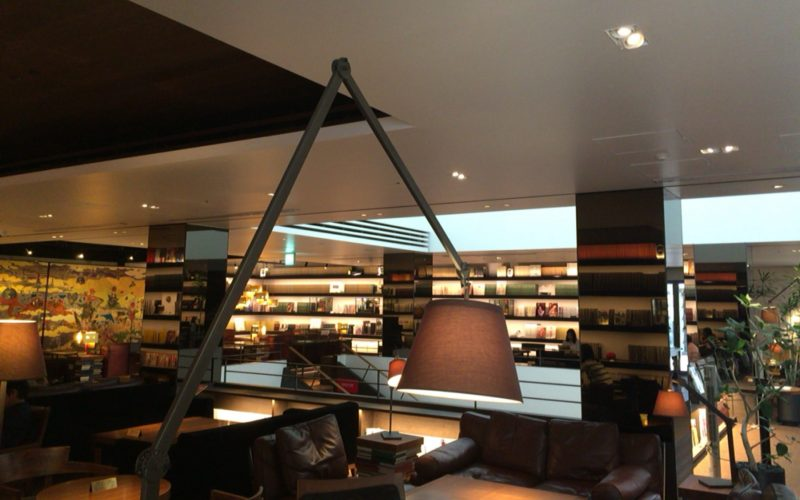 代官山蔦屋書店の2号館2Fにあるカフェ&バー アンジンの店内