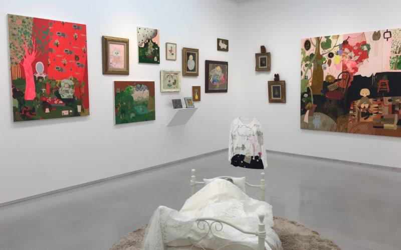 渋谷ヒカリエ8Fの小山登美夫ギャラリーで開催した「長井朋子展 2006-2018 ももいろと薔薇色のアトリエ 魔法」の会場内