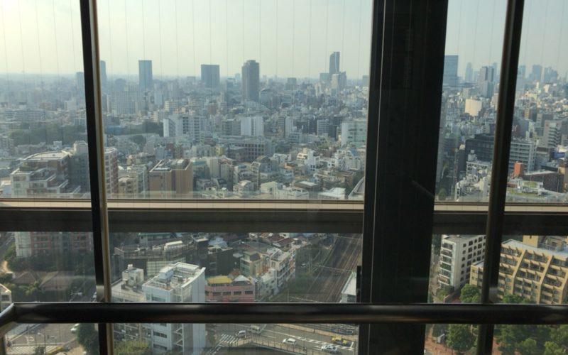 恵比寿ガーデンプレイスタワーのトップオブヱビスに向かうシースルーエレベーターからのながめ