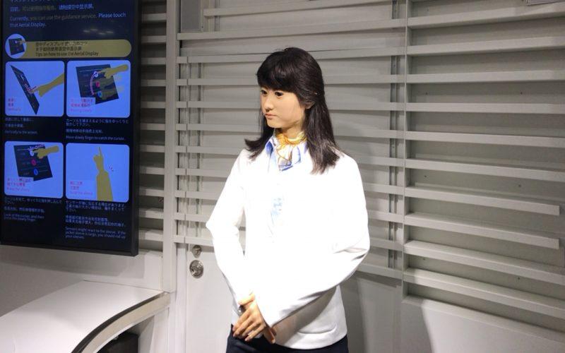 アクアシティお台場3Fのインフォメーションカウンターにいるアンドロイドの地平(ちひら)ジュンこさん