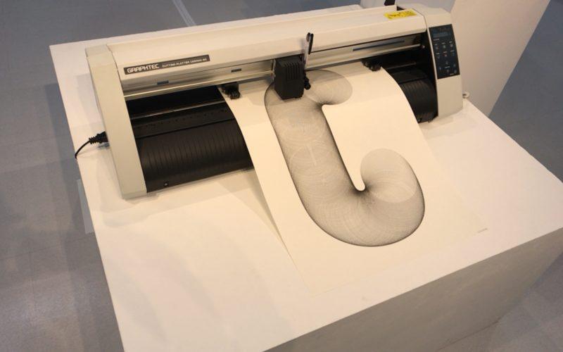 UNCONTROLLED TYPES by Plotter Drawingの会場内で開催した機械によるプロッタトローイングのデモンストレーション