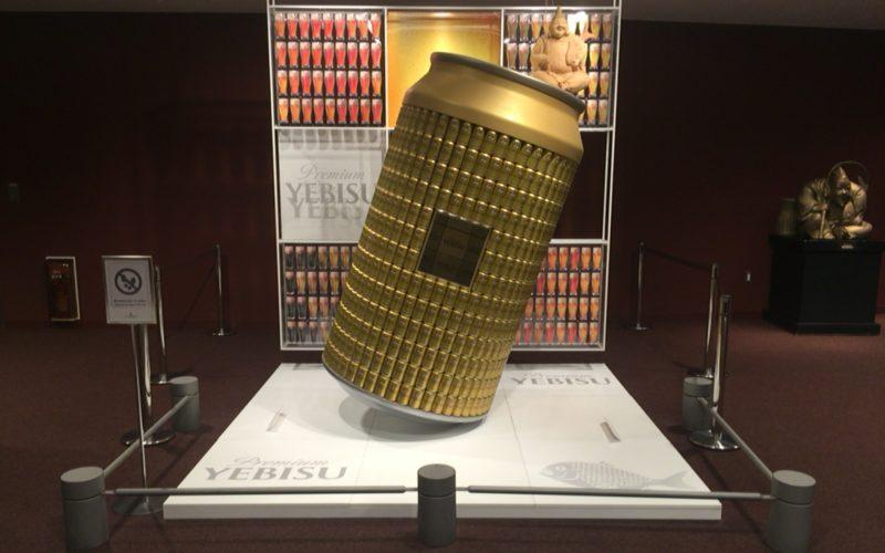 ヱビスビール記念館のエントランス付近にある巨大なヱビスビールの缶