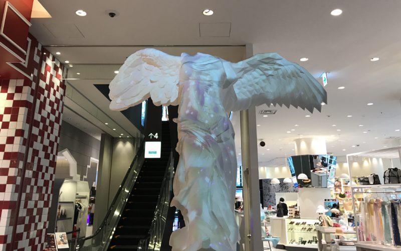 東急プラザ銀座で開催されているキリコ ザ・ミュージアム「ブルーミングフラワー」の展示作品