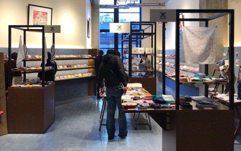 KITTE丸の内3Fにあるハンカチ専門店 H TOKYOの店内