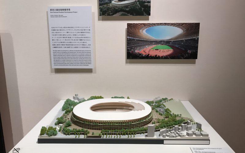 東京ステーションギャラリーで開催している「くまのもの 隈研吾とささやく物質、かたる物質」に展示している新国立競技場の模型