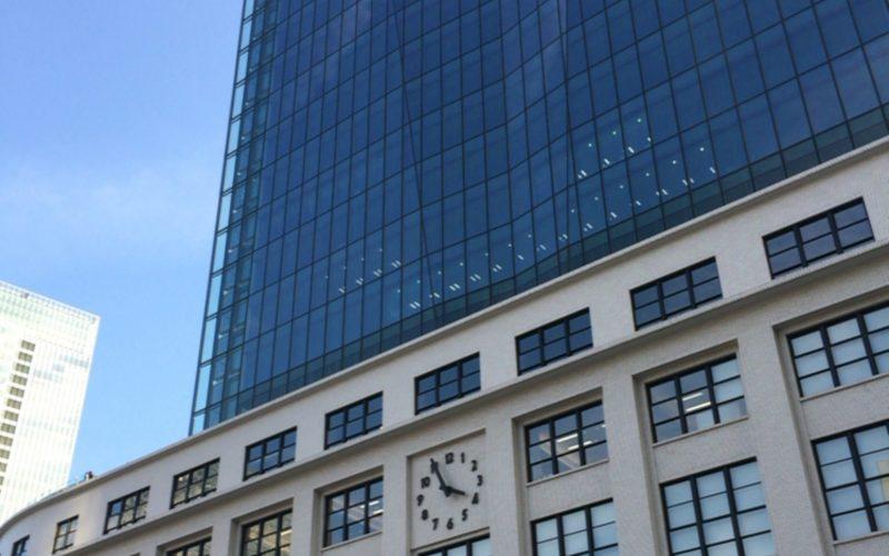 KITTE丸の内の建物と時計