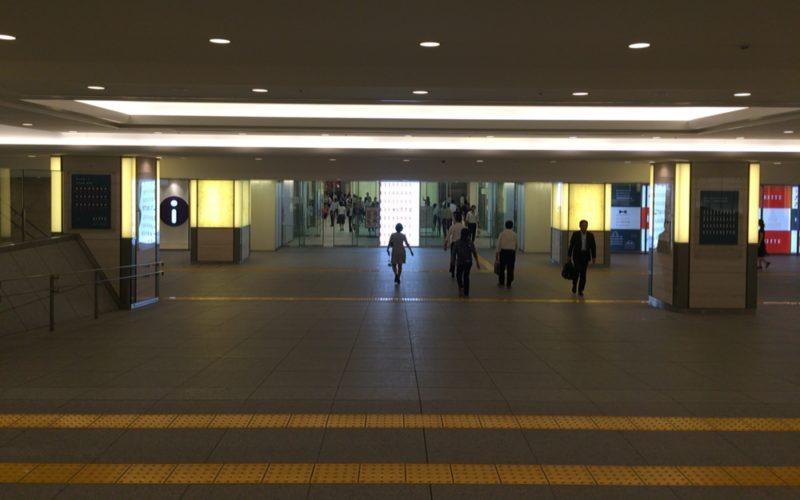 KITTE丸の内の地下入口に向かう通路