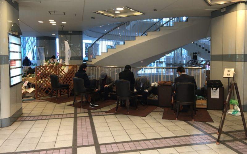 東京交通会館のピロティにいる靴磨き集団「千葉スペシャル」
