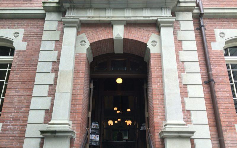 三菱一号館美術館に併設しているカフェ1894の入口