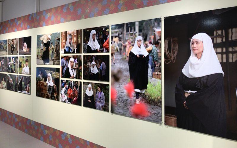 大河ドラマ「おんな城主 直虎」の世界展に再展示された大河ドラマ「おんな城主 直虎」メイキング写真館のパネル