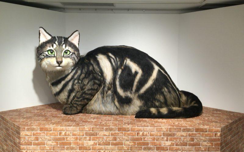 「岩合光昭の世界ネコ歩き」番組展の会場内に設置していた巨大なネコの模型
