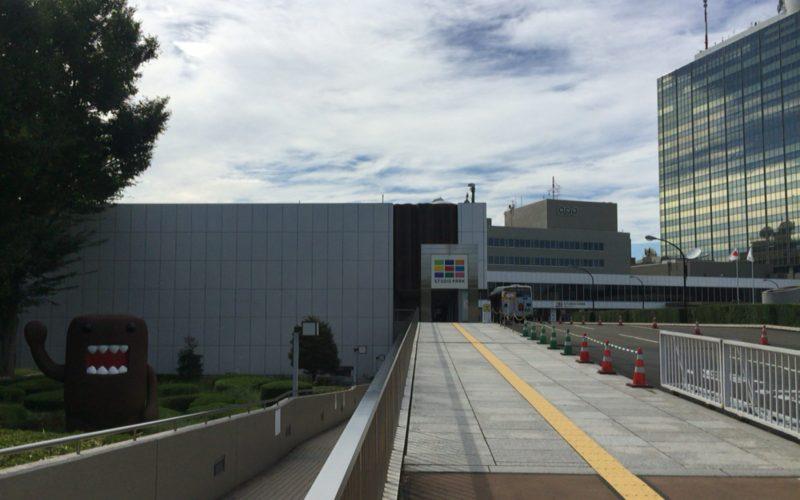 NHKスタジオパークの建物と巨大ドーモくん