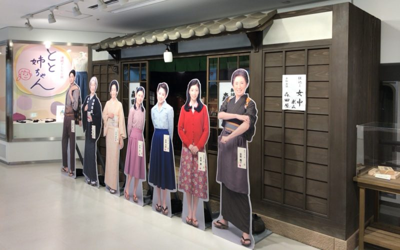 NHKスタジオパークのドラマライブラリーに展示しているセットと等身大パネル