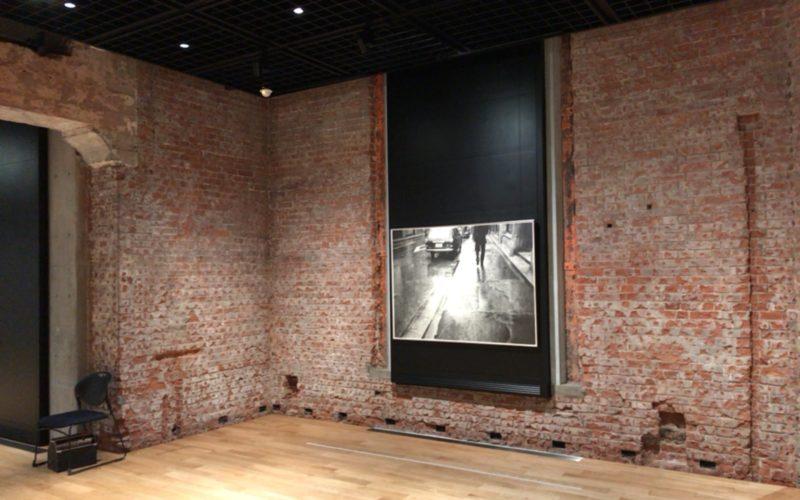「オープン・ウィーク ひらかれた美術の9日間」の展示作品と東京ステーションギャラリーの赤煉瓦の壁
