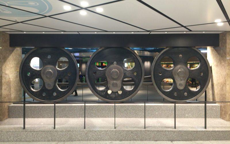 東京駅丸の内地下南口の動輪の広場に展示している3つの動輪