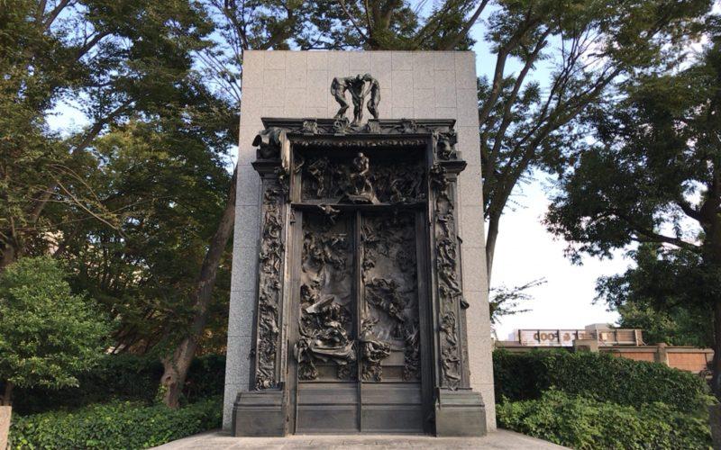 国立西洋美術館の前庭にある地獄の門の彫刻